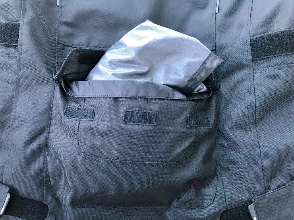 La grande poche dans le dos peut recevoir la membrane anti-pluie. Pratique !