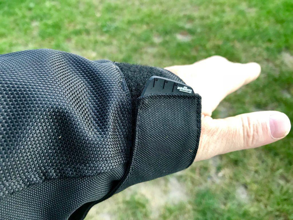 La patte de serrage au poignet avec un bon gros velcro robuste