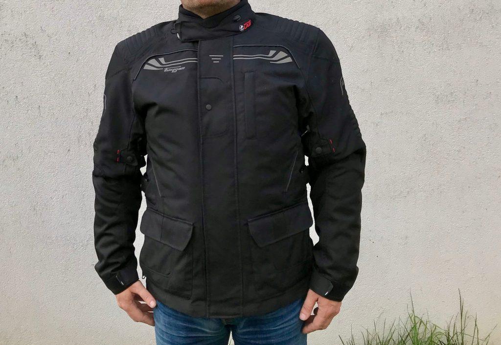 Sobriété, tel est le meilleur descriptif que l'on peut faire quant au look de la veste Furygan Bronco