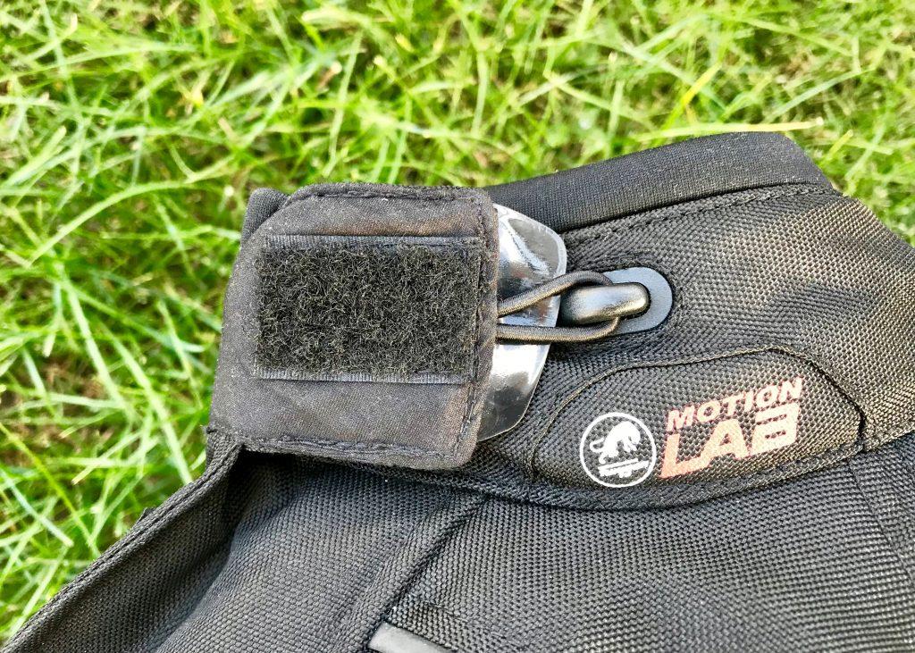 Ce crochet permet de venir fixer le rabat du col replié via un petit passant, pratique quand la veste est ouverte