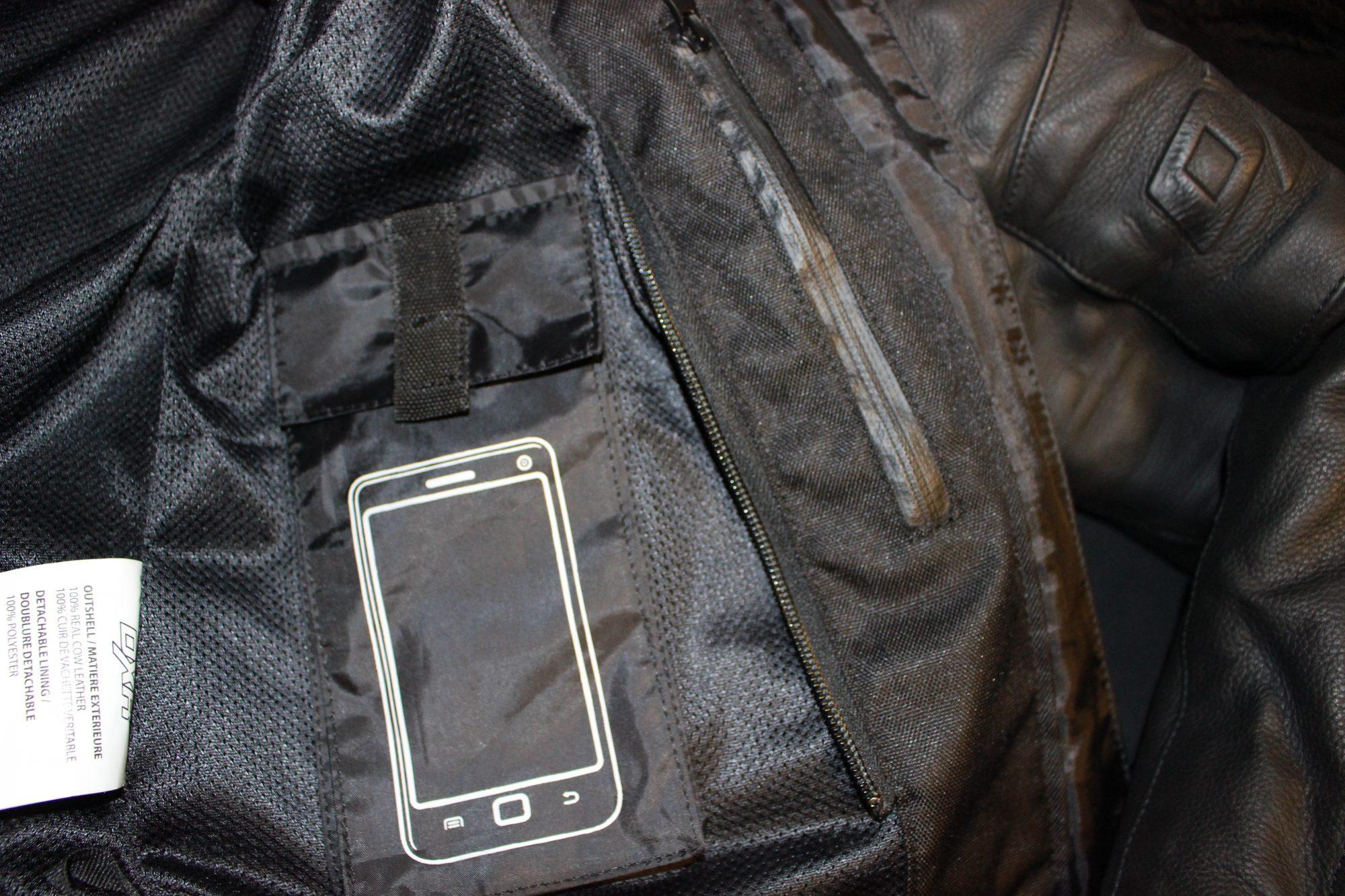 Une poche téléphone dans un blouson