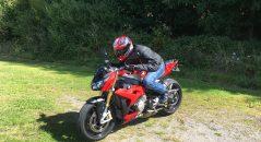 Le blouson cuir DXR Dynamic en position sport
