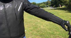 La longueur des manches est parfaite sur le blouson cuir DXR Dynamic