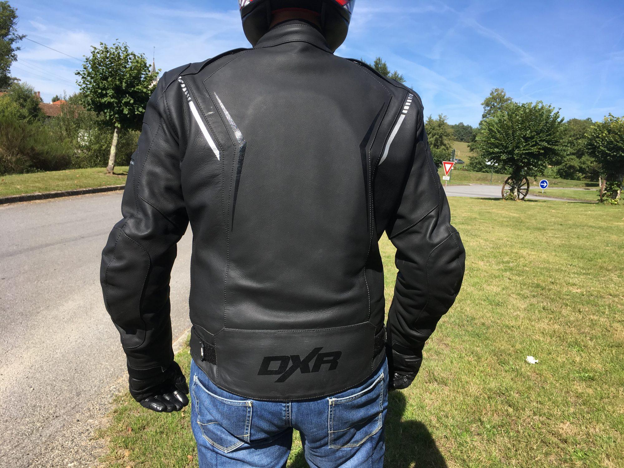 Le bas du dos reste bien couvert sur le blouson cuir DXR Dynamic