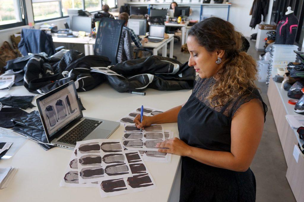 Esmeralda, designer pour DXR, à l'œuvre dans le bureau d'étude installé dans nos locaux de Carvin (62)