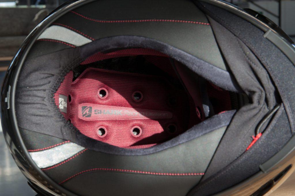 L'intérieur du Shark Race-R Pro, ventilé et confortable. Notez la bavette réglable.