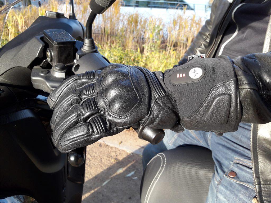 Les gants chauffants DXR Heatwaves affichent leurs protections, pour un look motard assumé