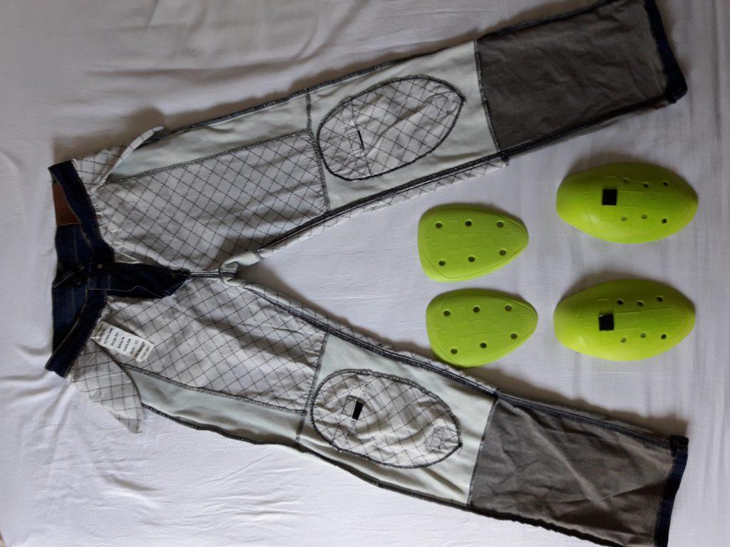 Le jean à plat et retourné, avec les protections en mousse à mémoire de forme