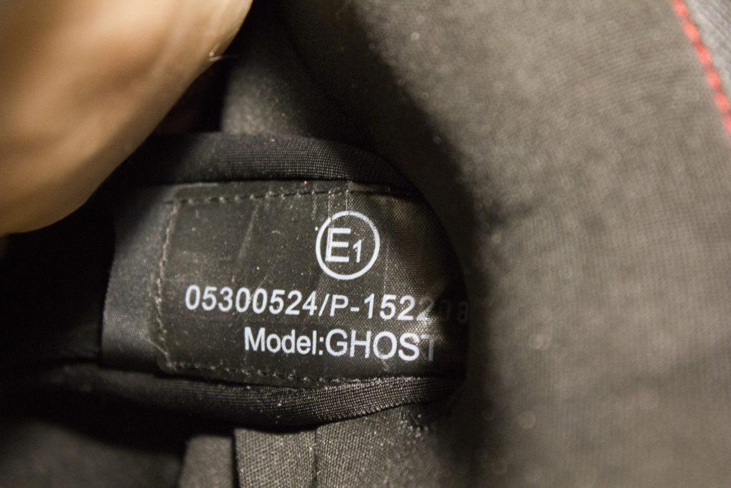L'étiquette avec l'homologation CE et le nom d'origine de ce modèle, le Ghost
