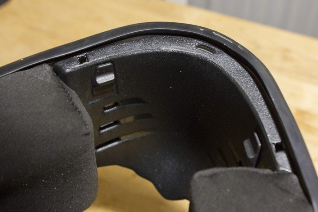 La manipulation des aérations avant se fait à l'intérieur du casque, grâce à ses deux curseurs cachés par la bavette
