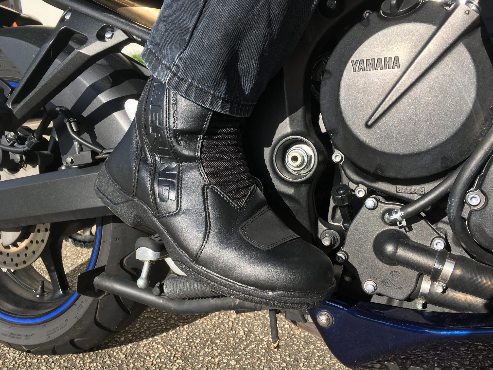 Bottes BERING X-Tourer, en position sur une moto GT.
