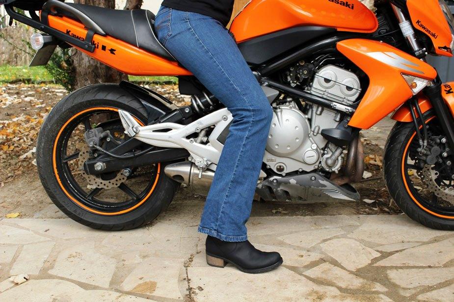 Les bottes Falco Ayda à moto avec un jean