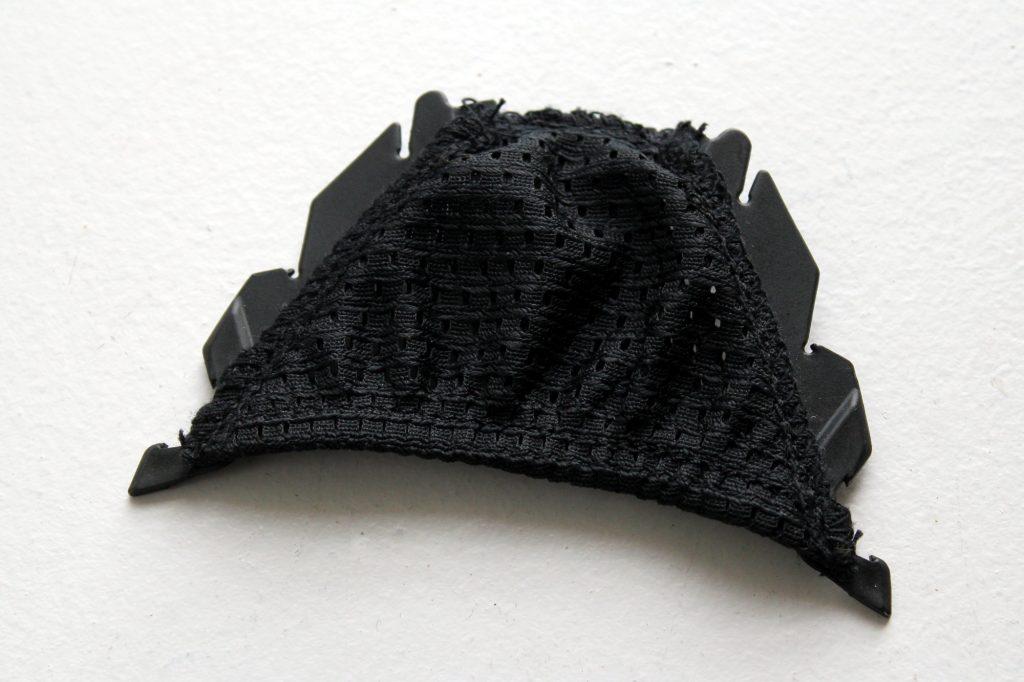 La bavette, d'une fabrication un peu cheap par rapport au reste du casque, améliore le confort en hiver mais ne tient pas bien en place