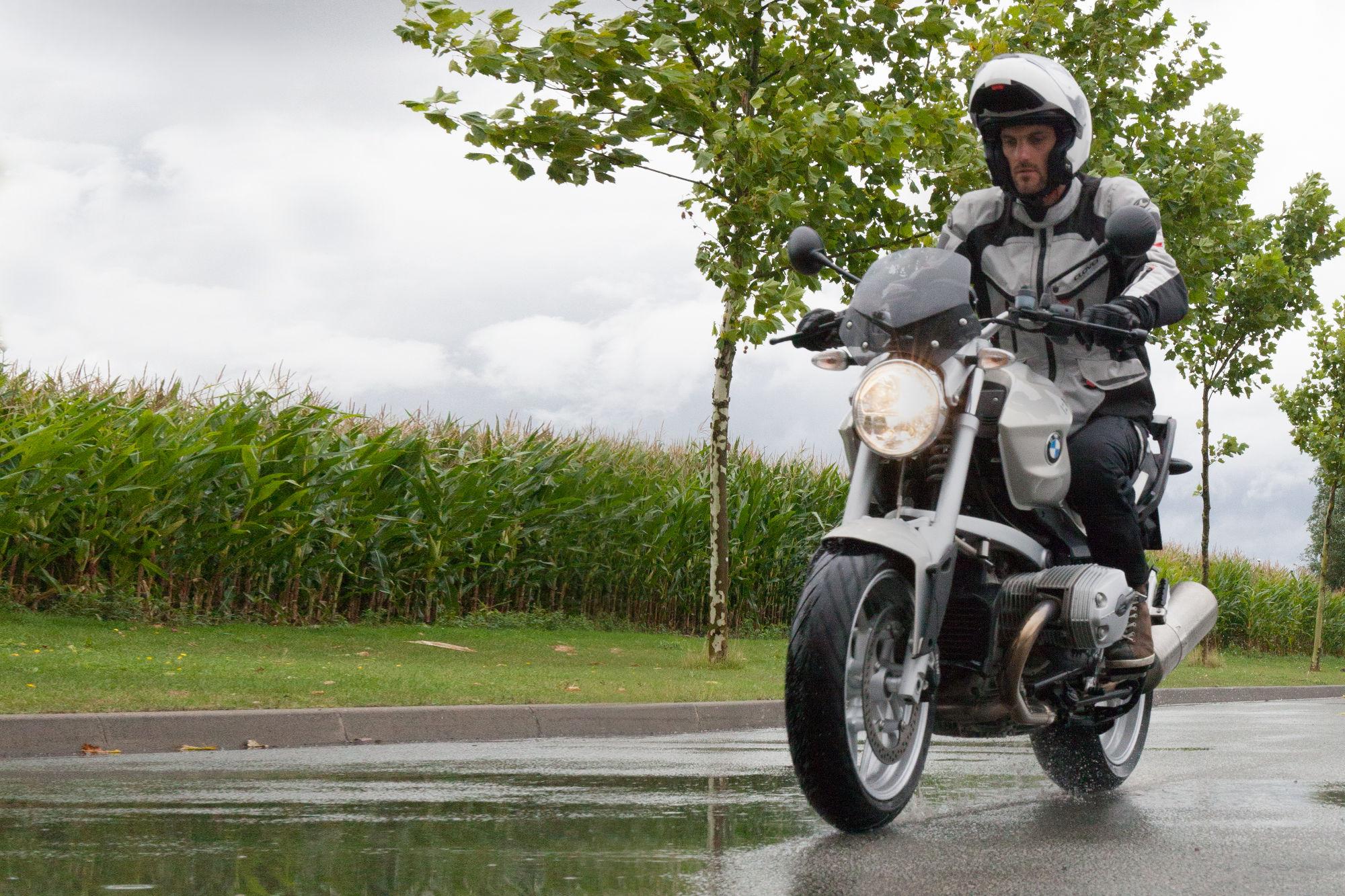 Bien choisir son équipement moto pour la pluie