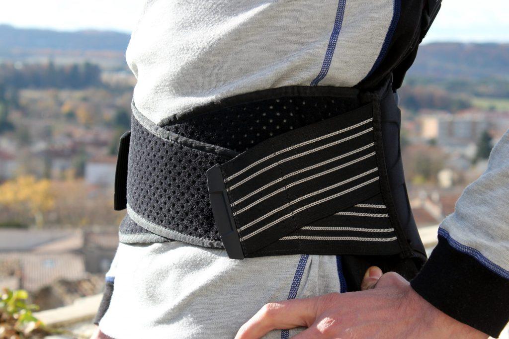 Le système de serrage de la ceinture lombaire en place