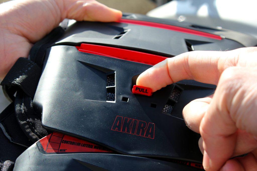 Tirez sur ce bouton et séparez les deux moitiés de la Forma Akira. Pratique pour la ranger facilement !