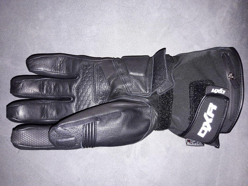 Le marquage réfléchissant des gants DXR Heatwaves est mis en valeur par le flash de l'appareil