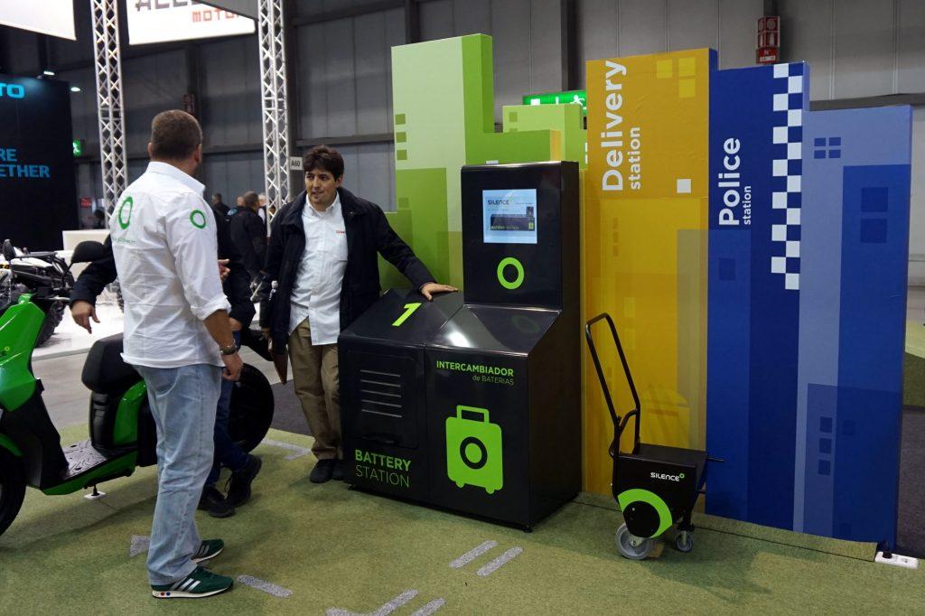 Exemple de station d'échange de batterie de moto électrique présentée sur le stand de Silence Urban Ecology