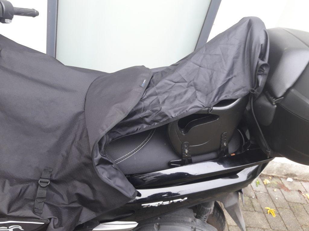 Bien qu'un peu étroit, le couvre-selle engloutit sans broncher le siège de mon fils. Un très bon point !
