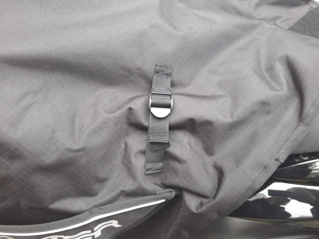 Système de réglage pour les jambes du pilote, très pratique mais à faire à l'arrêt impérativement.