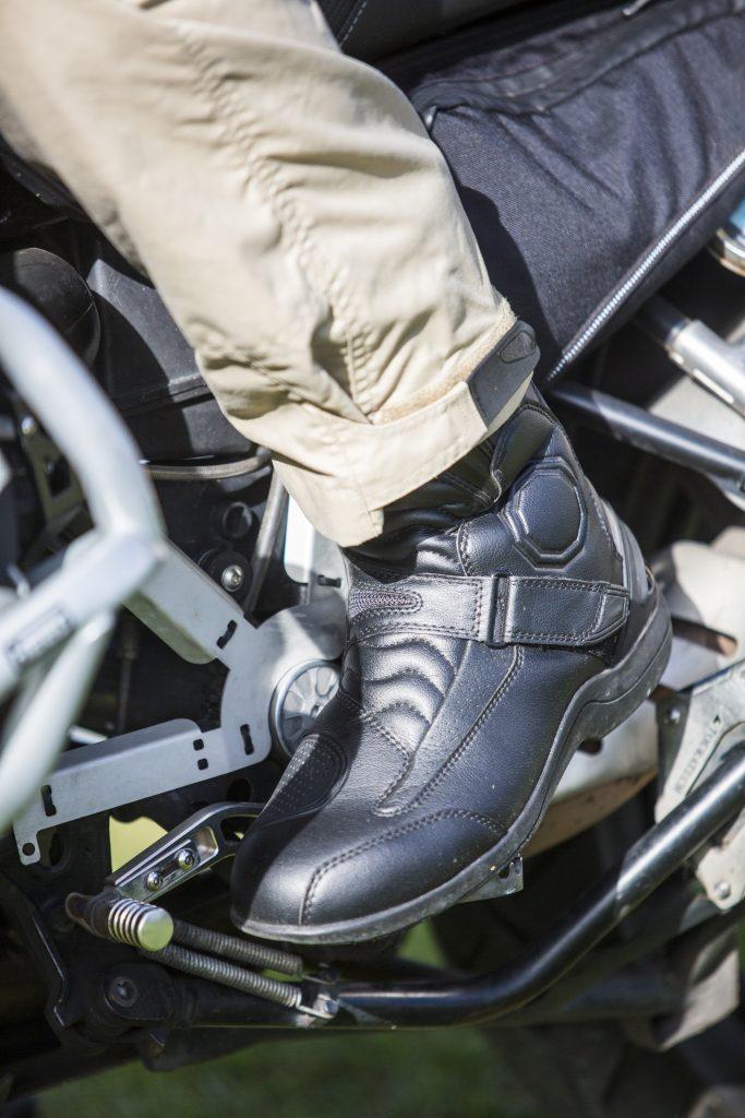 La finesse générale de la botte permet de la recouvrir sans problème d'un pantalon à coupe droite.