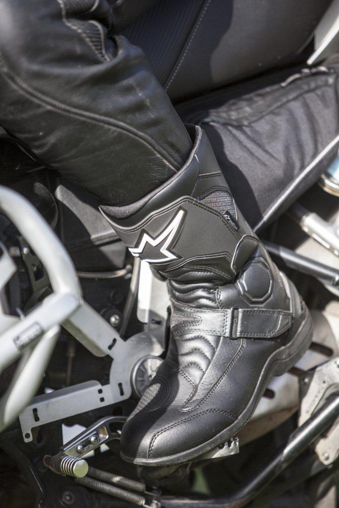 Ces bottes peuvent également se porter confortablement avec un pantalon cuir enfilé dans la botte.