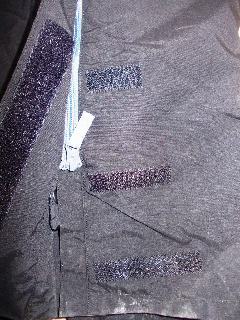 Une triple bande velcro pour mettre ses bottes facilement, même avec le surpantalon Spidi Megarain.