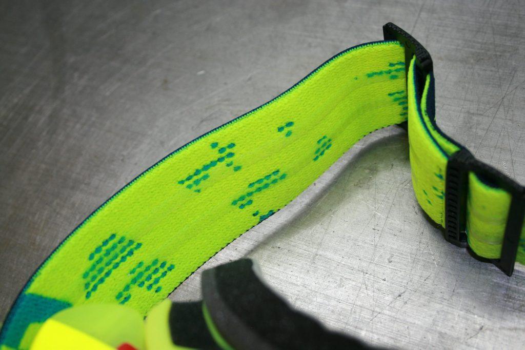 Le strap est large et ses bandes silicone le rendent parfaitement adhérent au casque