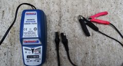 L'optimate est livré avec une prise de charge rapide à laisser sur la batterie ainsi qu'une paire de pinces