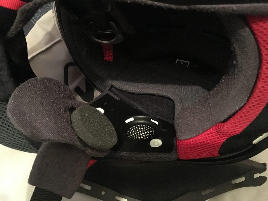 Intérieur avec mousses de joues démontés et un coussinet anti-bruit (ear-pads) laissant la place pour un intercom