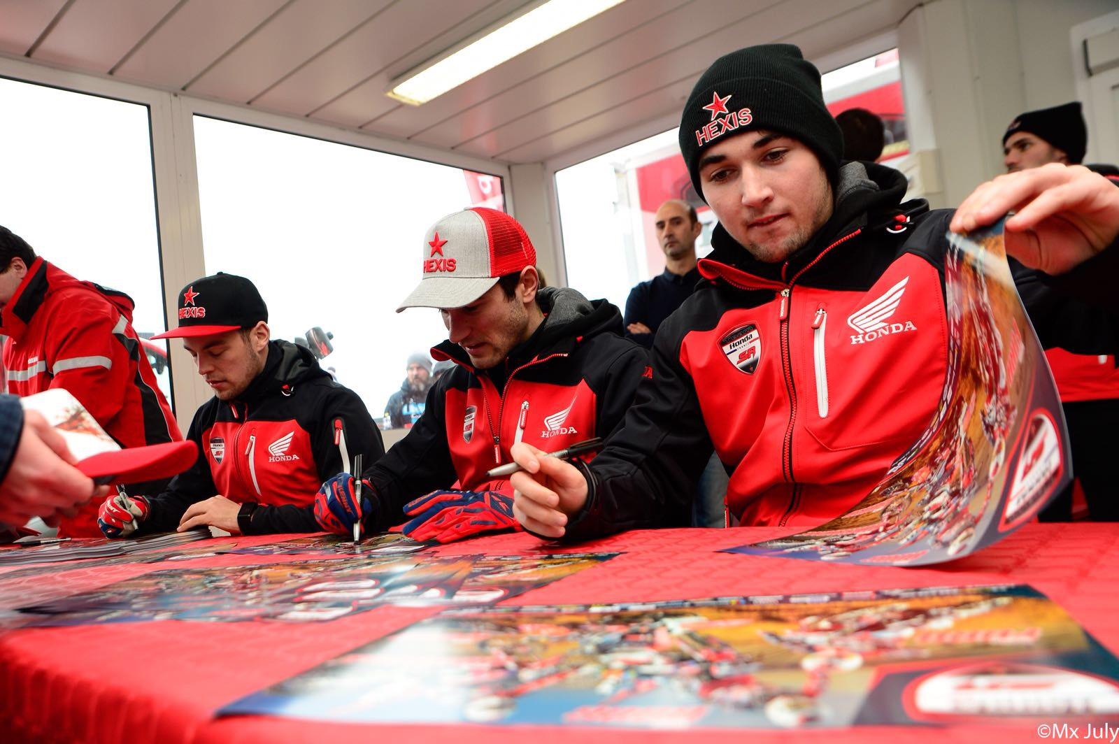 Séance de dédicace des pilotes du Team SR Motoblouz - Photo MXJuly