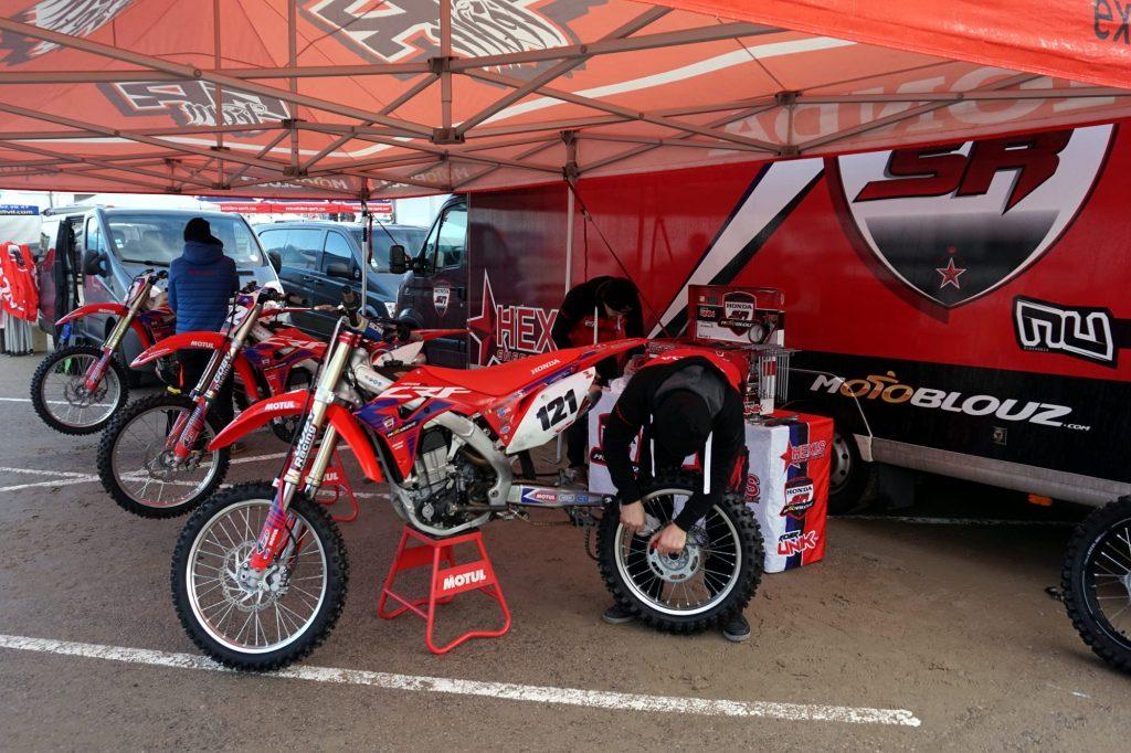 Derniers contrôles sur les machines du team SR Motoblouz avant la course