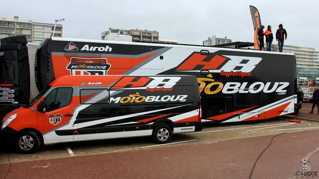 Le motorhome du team Motoblouz HB Racing en impose !