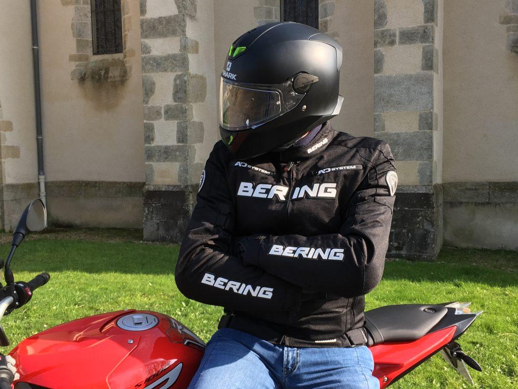 La coupe du blouson Bering Onyx est pensée pour les roadsters ou les sportives
