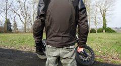 La dorsale trahit le fait qu'il s'agisse d'un blouson moto