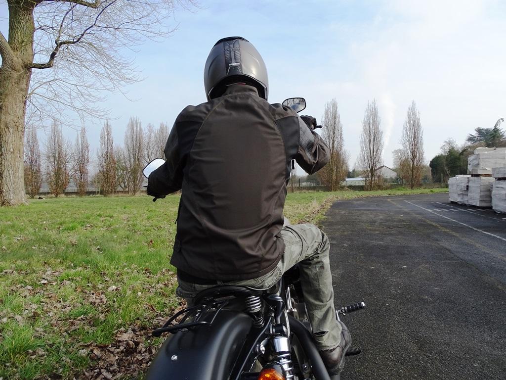 Le blouson Icon 1000 Squalborn recouvre très bien le bas du dos