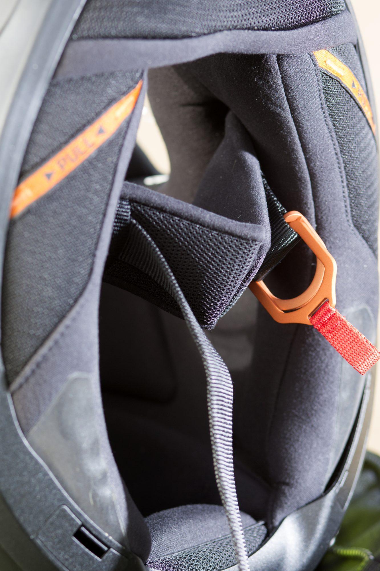 Pièces orange fluo sur le casque Schuberth R2