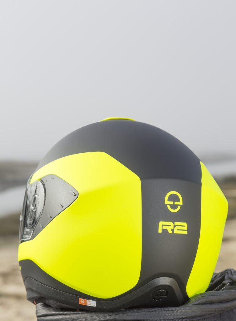 Le logo de la marque et le nom du modèle s'affichent clairement sur l'arrière du casque Schuberth R2.