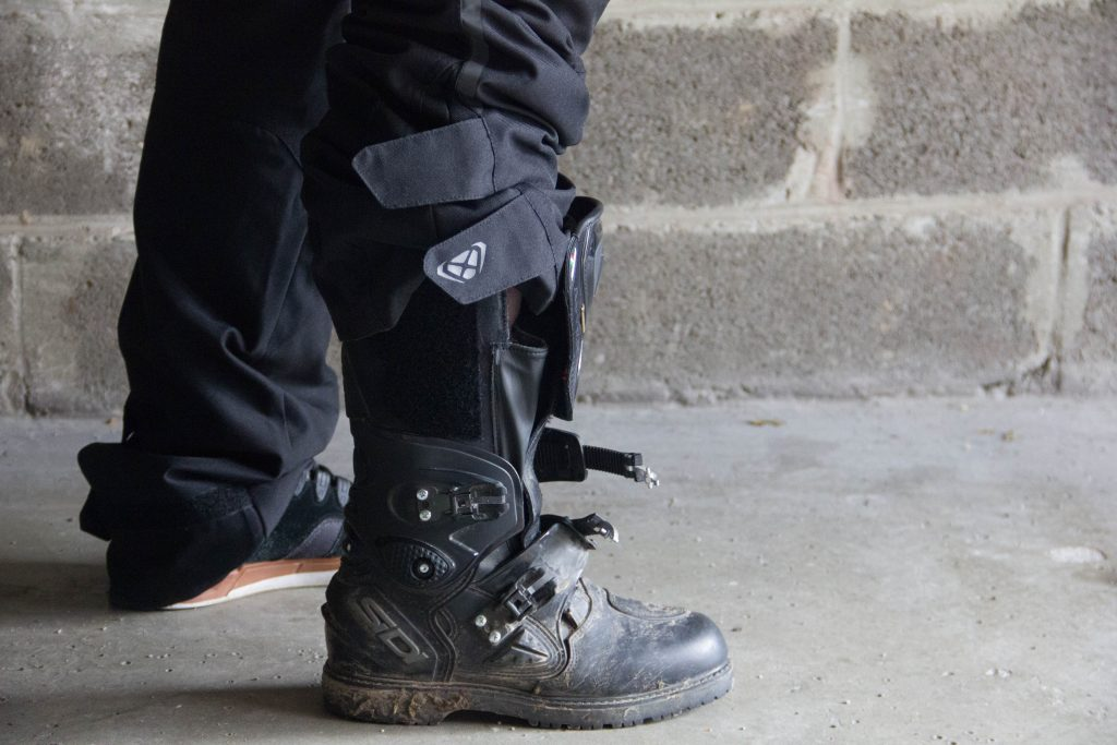 Malgré la largeur des bottes, le pantalon Ixon Summit 2 s'ajuste bien