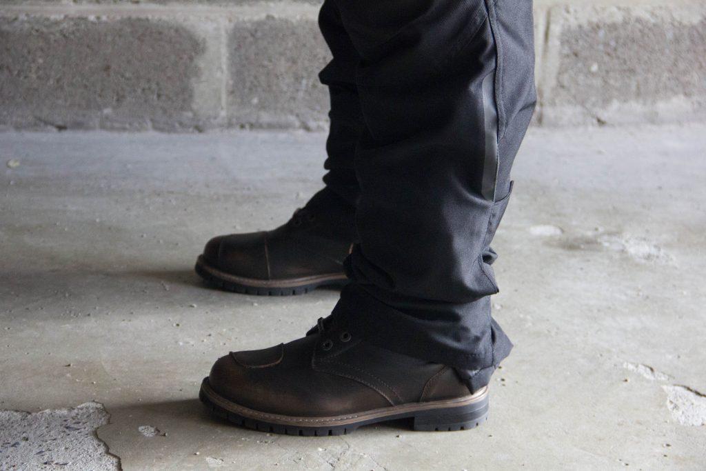 Avec des chaussures moto montantes