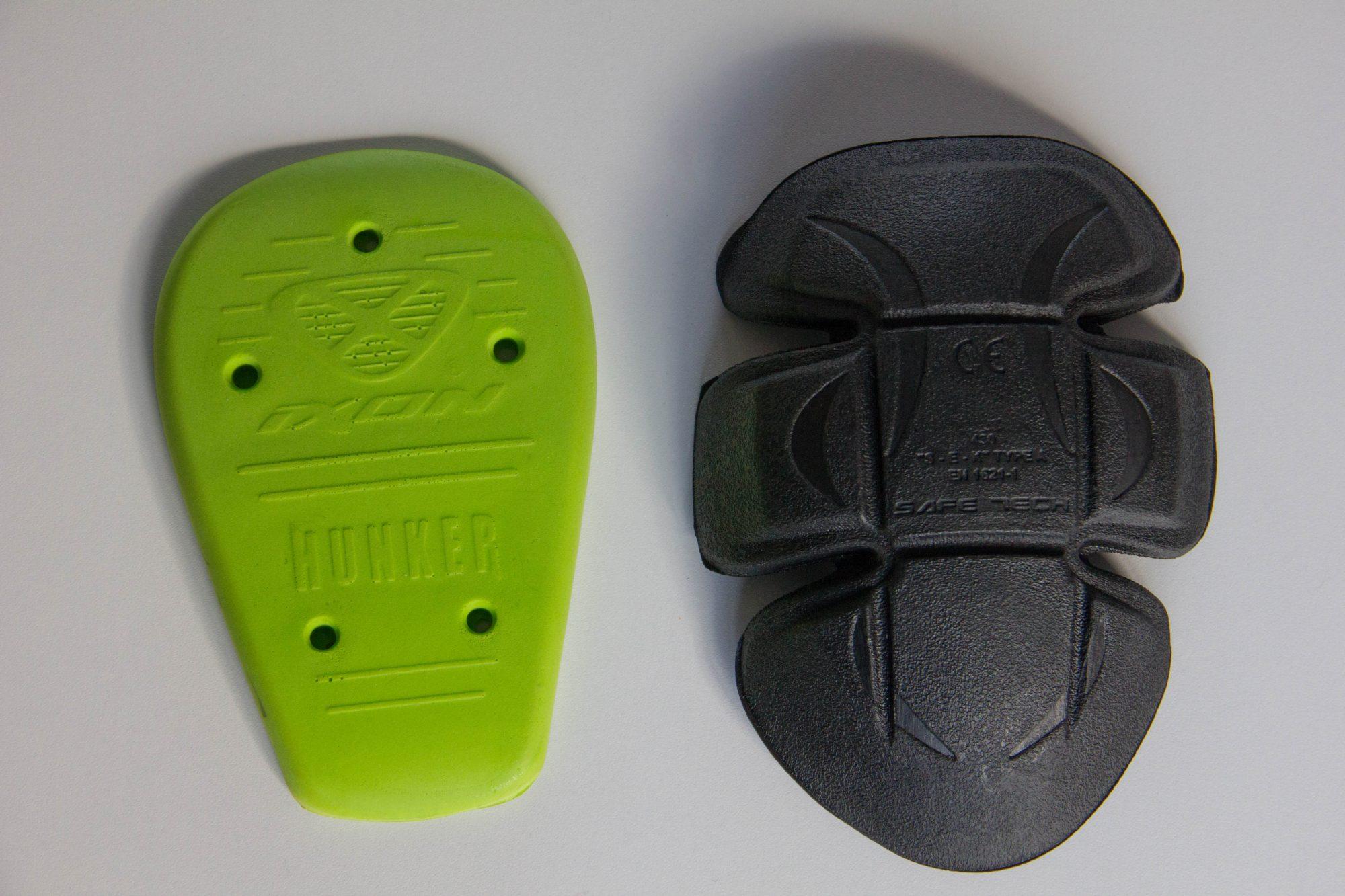 À gauche la protection de hanche et à droite une protection de genou