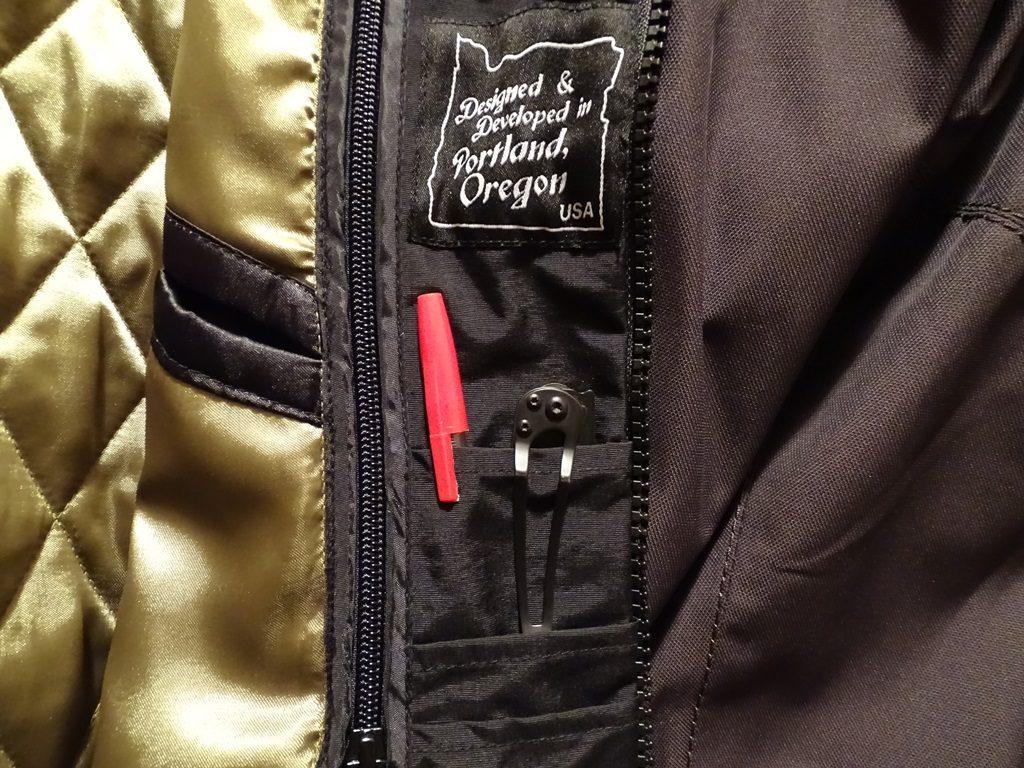 Trois poches pour une CB, stylo, pince…