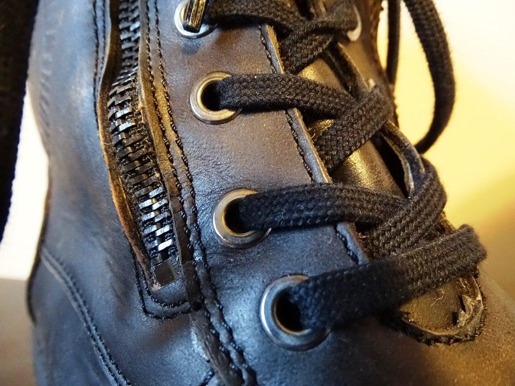 Oeillets, lacets, cuir et zip sont tous vintage