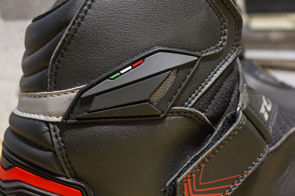 Le renfort malléole reçoit une petite grille de ventilation métallique, plus décorative qu'autre-chose