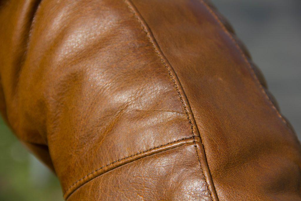 Cuir de buffle vintage vieilli avec quelques cicatrices visibles