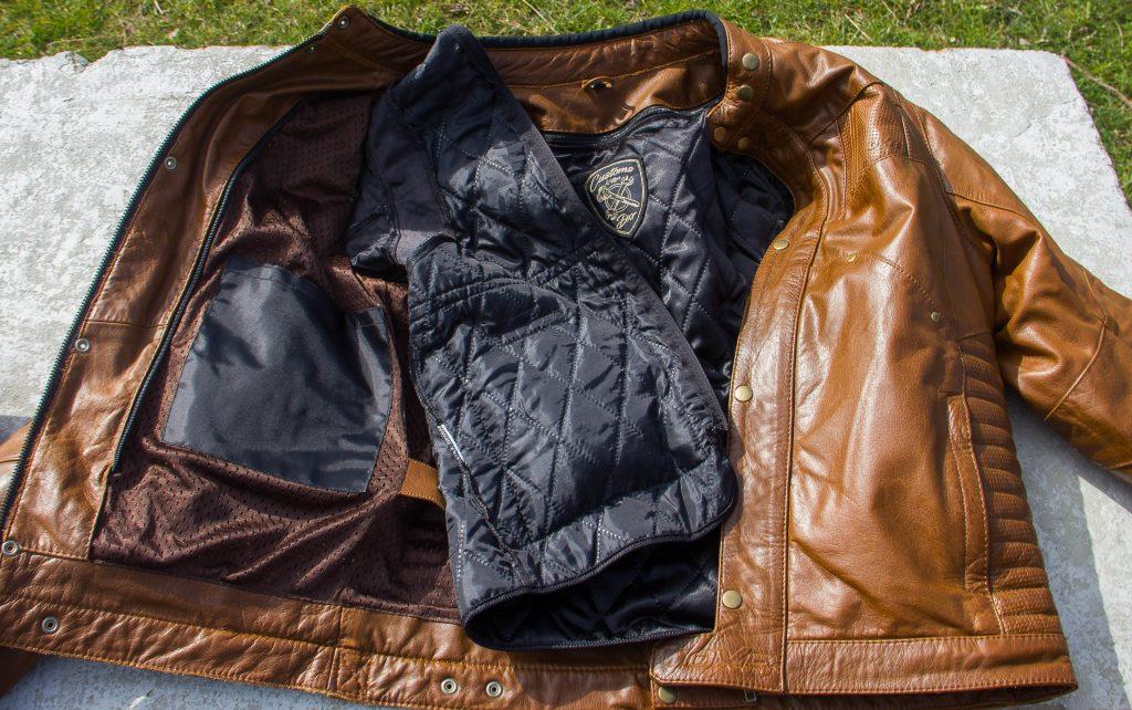Doublure amovible et poche intérieure sur le revêtement interne fixe