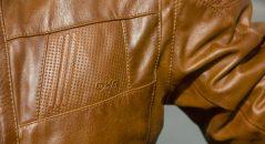 Logo DXR embossé dans le cuir piqué sur le torse du DXR Ruff