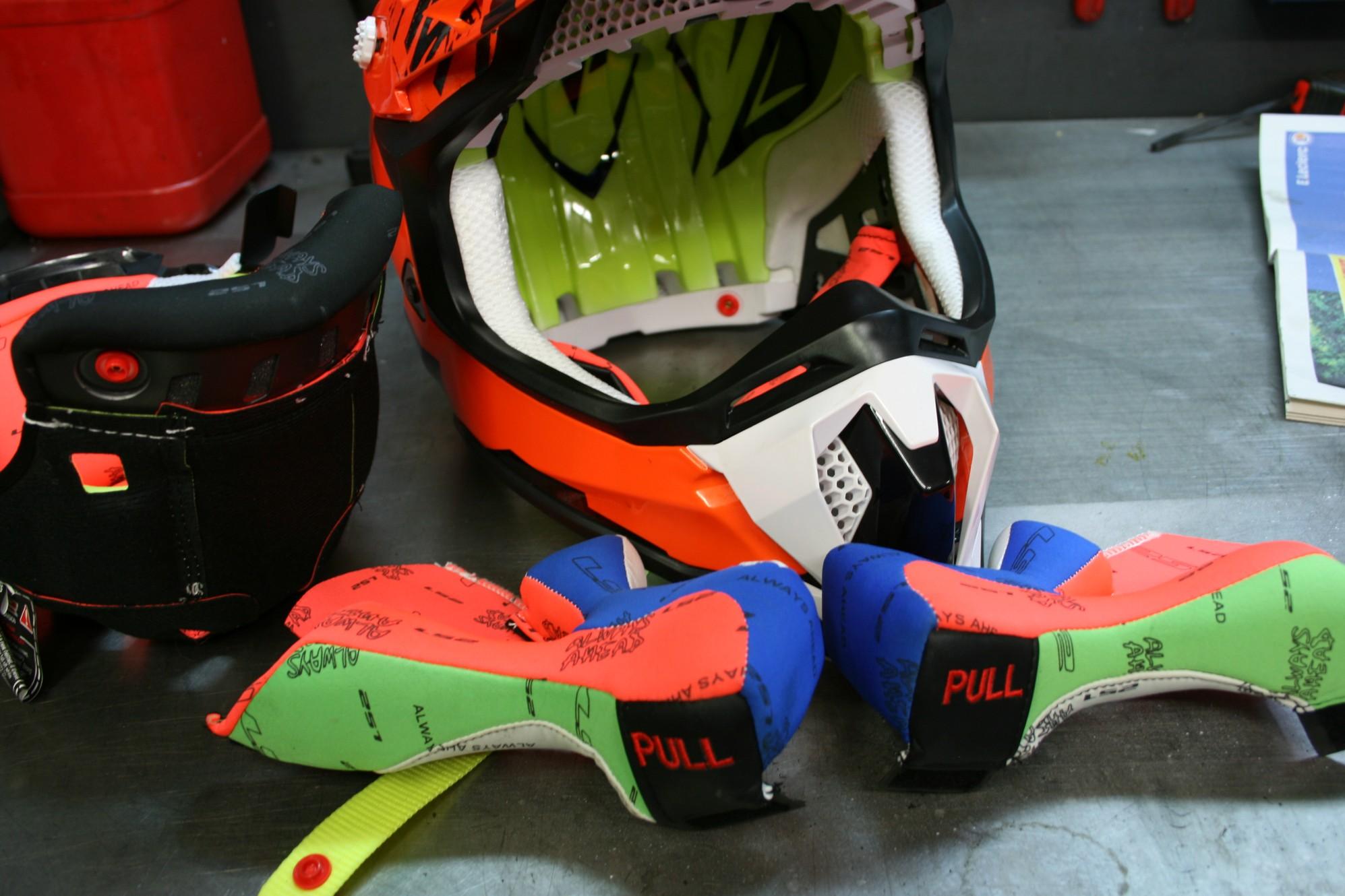 Les mousses sont extractibles par les secours pour retirer le casque sans danger