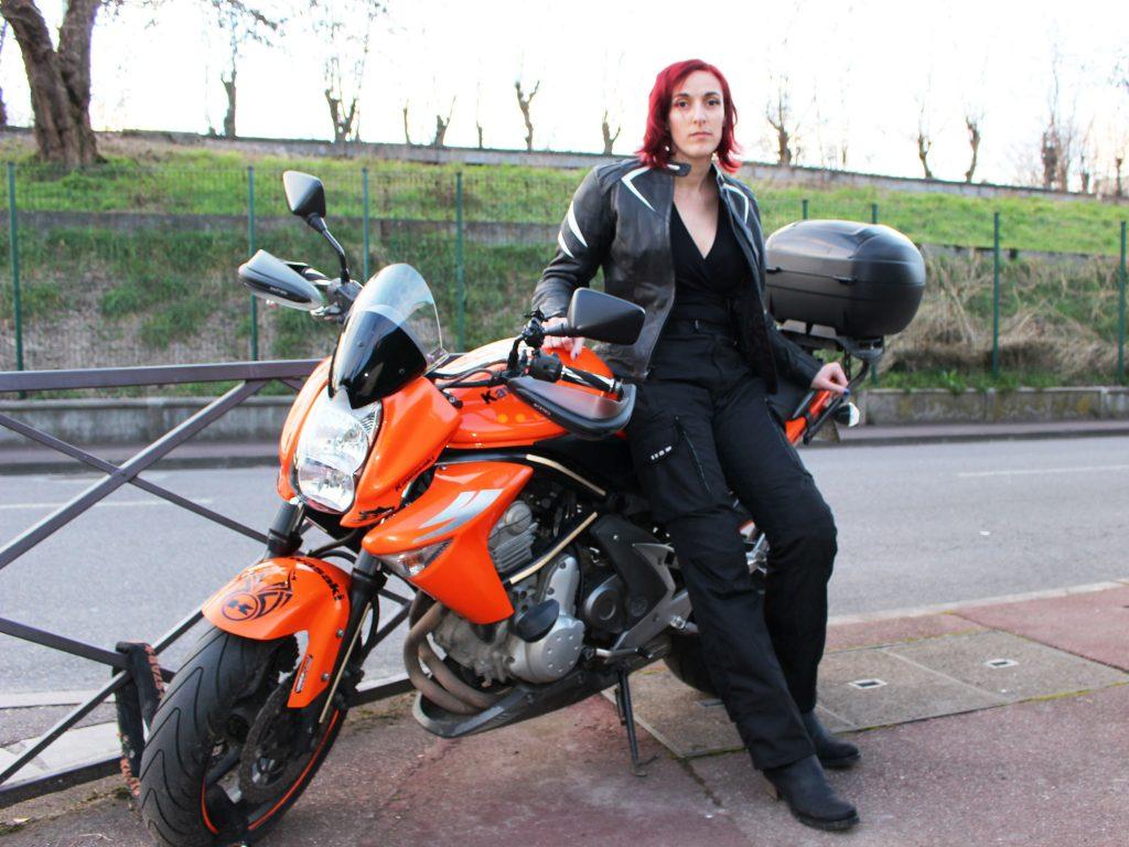Le pantalon moto Ixon Corsica Lady a les jambes bien longues. Parfait pour les grandes !