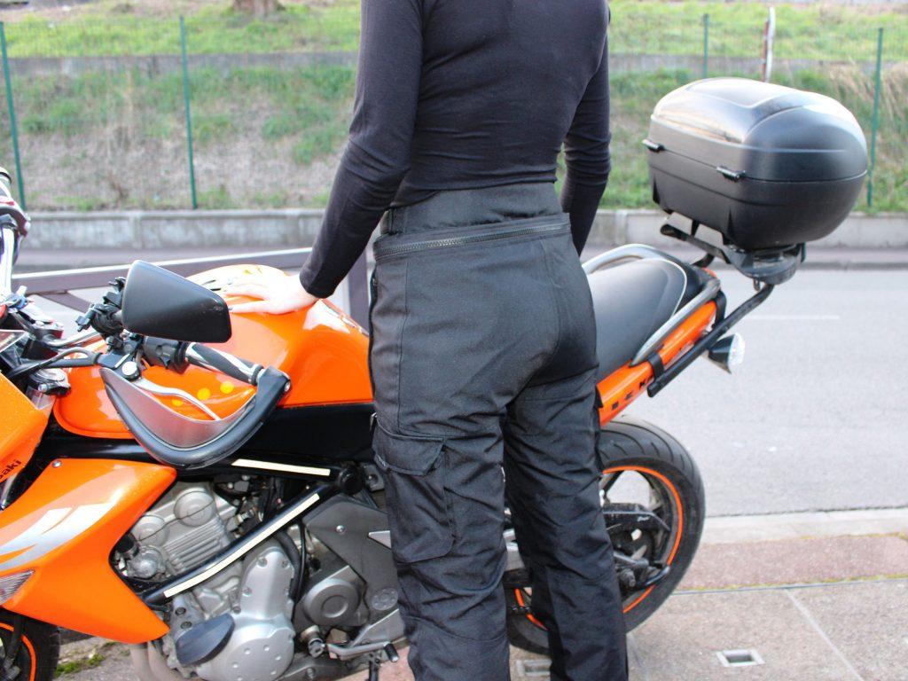 Le pantalon moto Ixon Corsica Lady monte bien haut dans le dos
